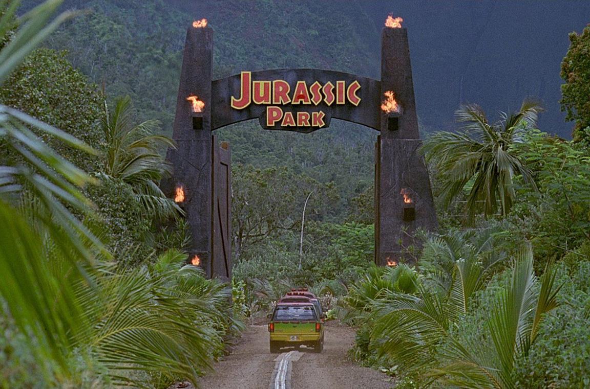 Le auto entrano nel Jurassic Park e la location è molto suggestiva