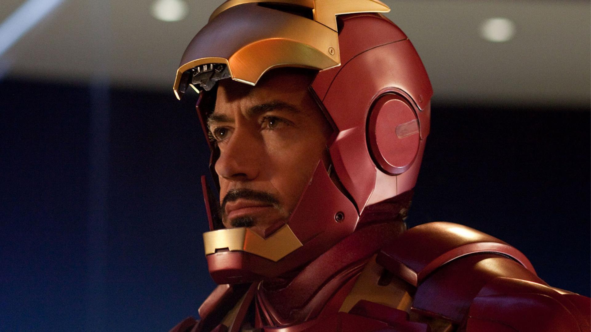 Robert Downey Jr. prova per la prima volta l'elmetto di Iron Man: la foto torna a conquistare i fan