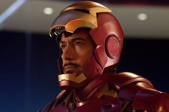 Tony Stark indossa l'armatura di Iron Man