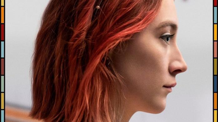 Saoirse Ronan, nei panni di Lady Bird, con i capelli tinti di rosso, ritratta di profilo