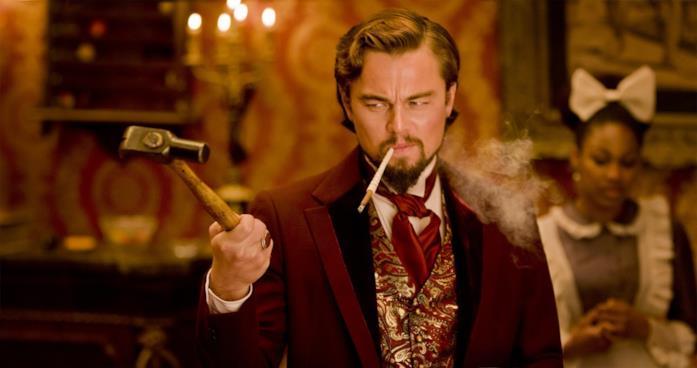Candie (Leonardo DiCaprio) agita un martello