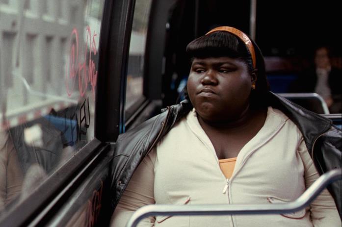 Precious guarda fuori del finestrino dell'autobus