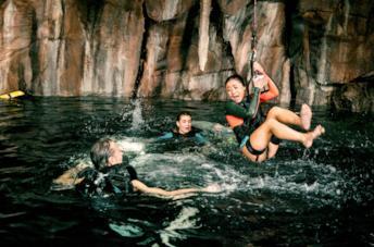 John Corbett, Sophie Nélisse e Brianne Tju in una scena di 47 metri - Uncaged