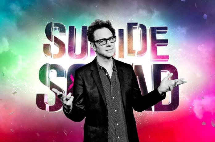 James Gunn in primo piano, sullo sfondo il logo di Suicide Squad