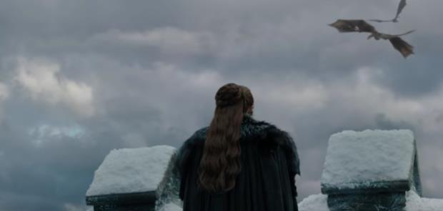 Sophie Turner, di spalle, in una scena di Game of Thrones 8x04