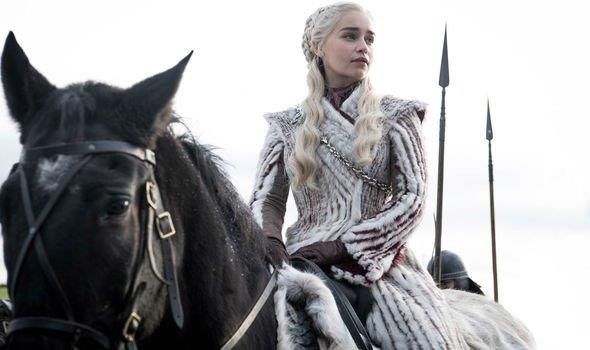 Emilia Clarke a cavallo in Game of Thrones 8