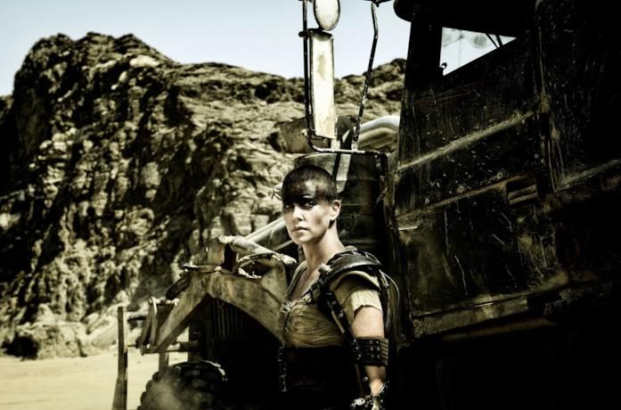 Charlize Theron è Furiosa in una scena del film Mad Max: Fury Road