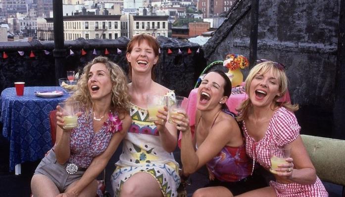 Una scena di Sex and the City con Carrie, Charlotte, Samantha e Miranda