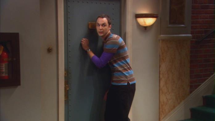 Sheldon bussa e origlia alla porta di Penny