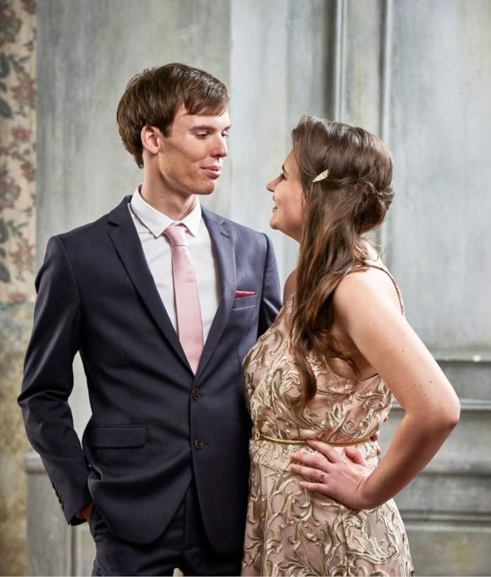 Jimmy e Sharnae in abiti eleganti per L'amore nello spettro