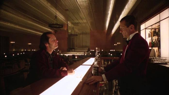 Il protagonista discute con Lloyd, il barman, nella Gold Room