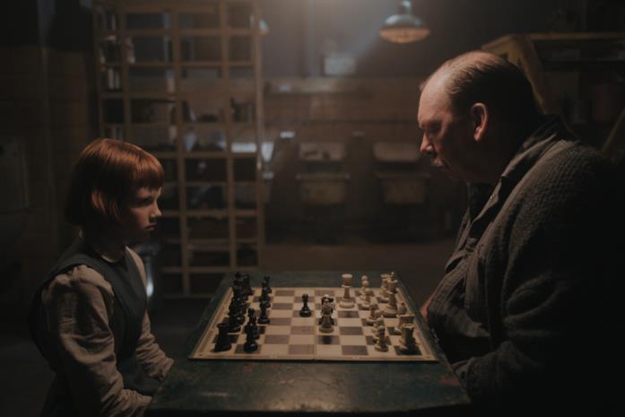 Il custode insegna a Beth a giocare