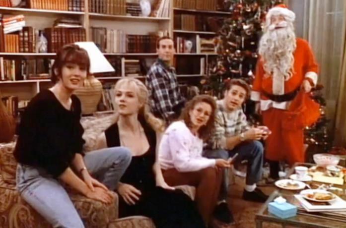 Il cast di Beverly Hills 90210 davanti l'albero di Natale