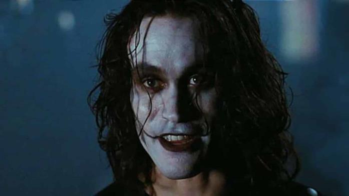 Brandon Lee in una scena del film Il Corvo