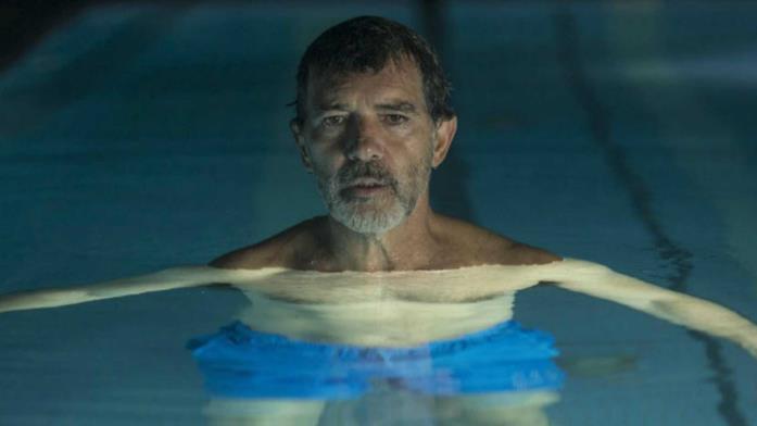 Antonio Banderas in piscina nel film Dolor y Gloria