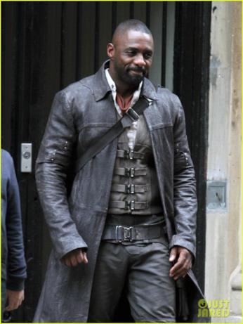 Idris Elba e il suo costume da pistolero molto ben rifinito