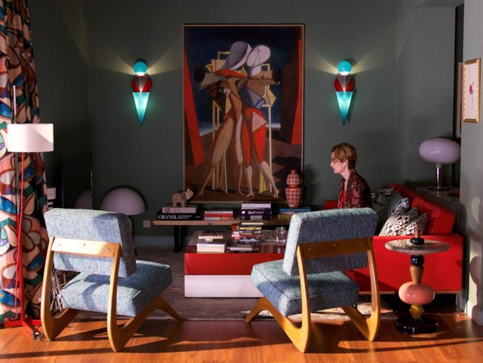 Tilda Switon sola nel salotto di casa