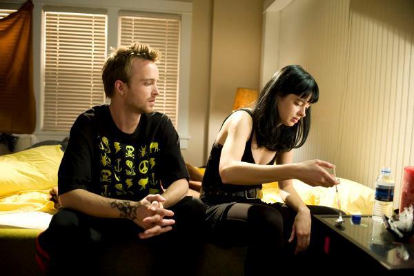 Aaron Paul e Krysten Ritter in una scena della serie TV Breaking Bad