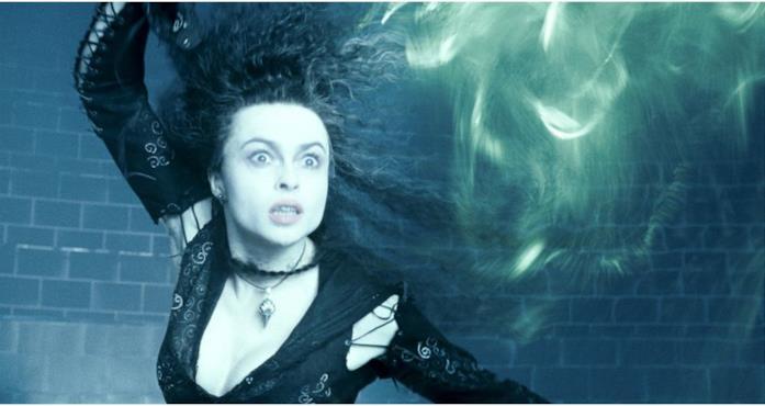 Bellatrix Lestrange lancia un incantesimo mortale in Harry Potter e l'Ordine della Fenice.