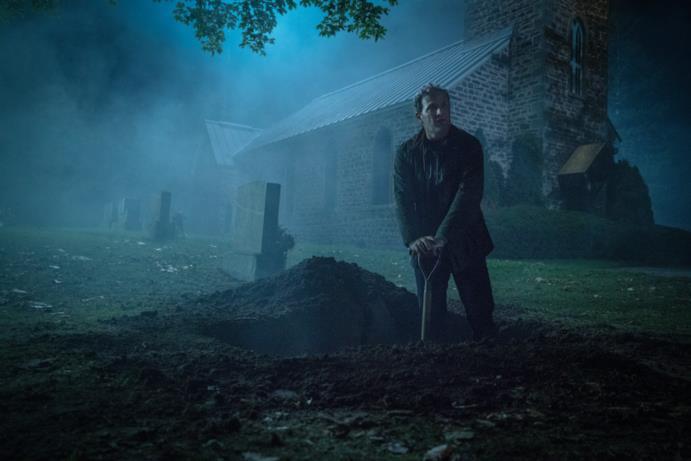 Louis scava una tomba, di notte