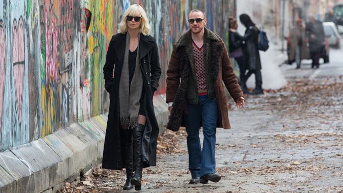 Charlize Theron e James McAvoy sul set