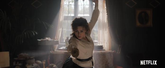 Eudoria, la madre di Enola Holmes, mentre si allena con una spada