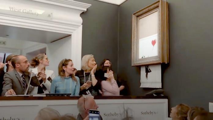 L'opera di Banksy viene distrutta dal'artista, grazie a un meccanismo inserito nella cornice