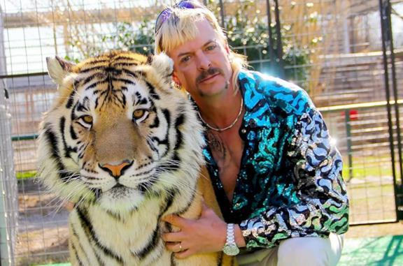 Primo piano di Joe Exotic con una tigre