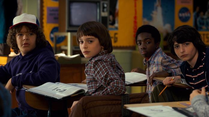 Dustin, Will, Lucas e Mike in classe insieme in una scena della prima stagione