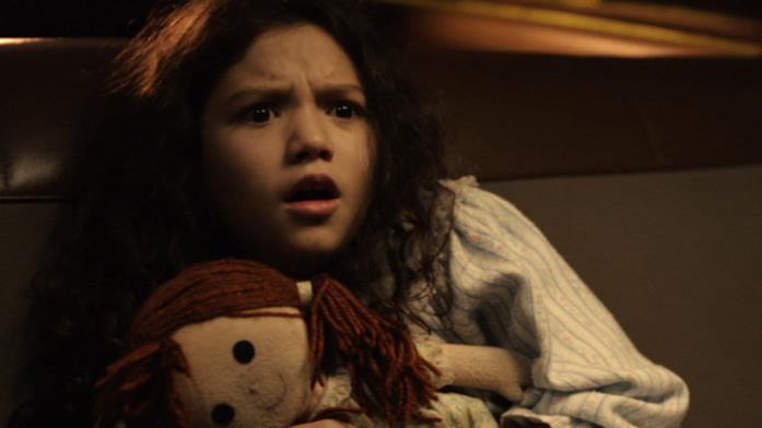 Samantha stringe spaventata la propria bambola