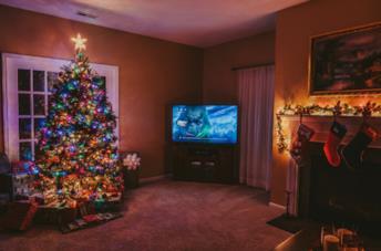 TV accesa e albero di natale