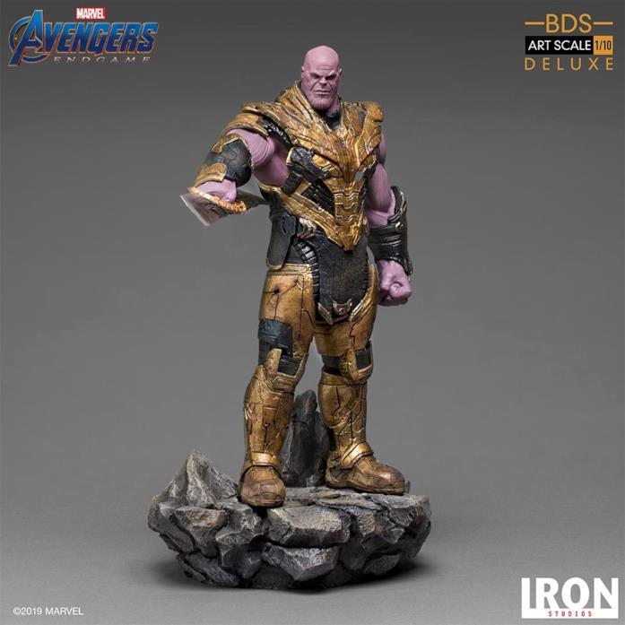 Thanos action figure con la spada a doppia lama