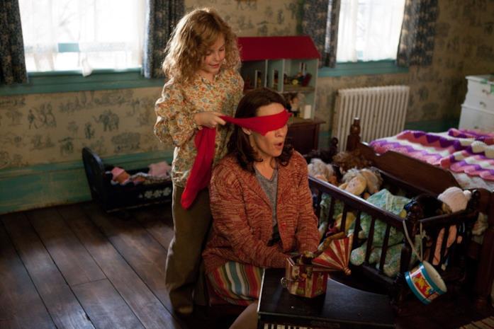 Carolyn e sua figlia giocano a battimani in The Conjuring