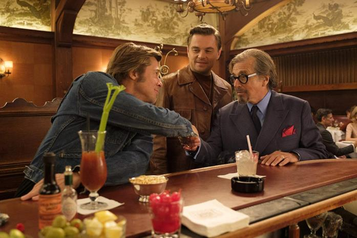 Brad Pitt, Leonardo DiCaprio e Al Pacino in una scena del film C'era una volta a Hollywood