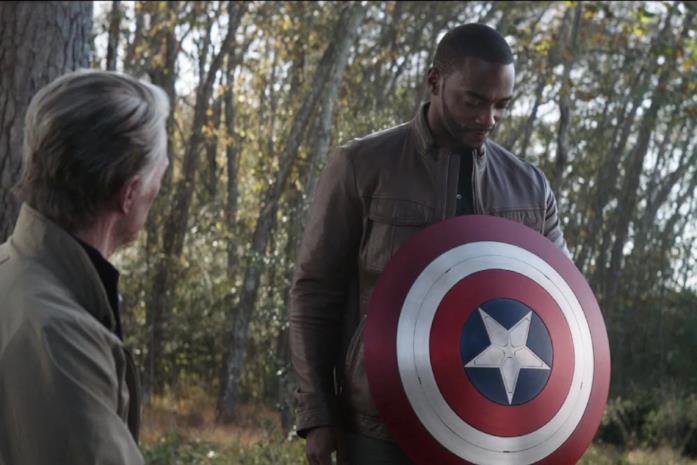 Il personaggio di Falcon, interpretato da Anthony Mackie con lo scudo di Cap