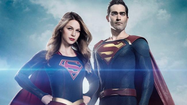 Supergirl e Superman nel poster della seconda stagione dello show