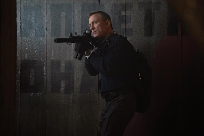Daniel Craig con un fucile d'assalto