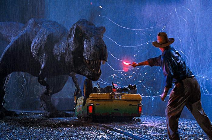 Alan Grant cerca di distrarre il T-Rex