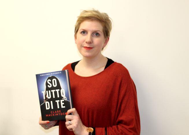 Clare Mackintosh con il libro italiano So tutto di te