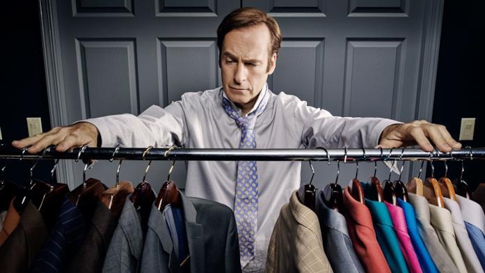 Una scena con James McGill in Better Call Saul davanti alle camicie e giacche