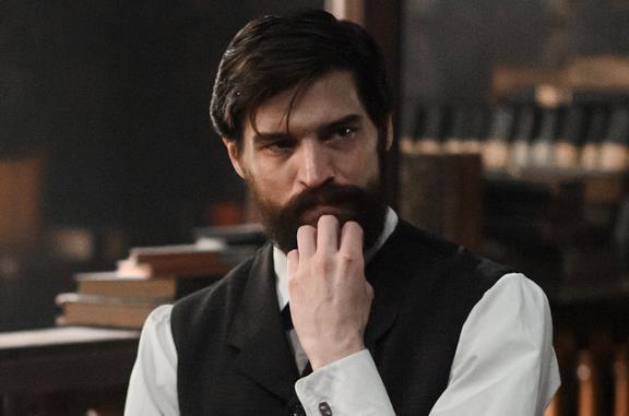Freud pensoso si accarezza la barba