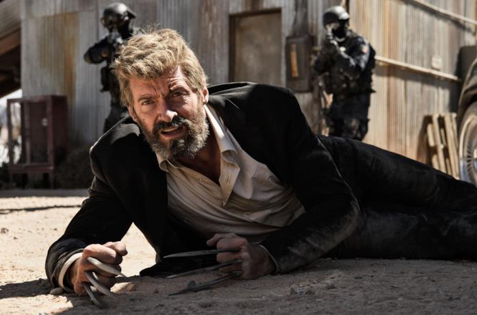 Wolverine a terra con gli artigli di adamantio in una scena di Logan