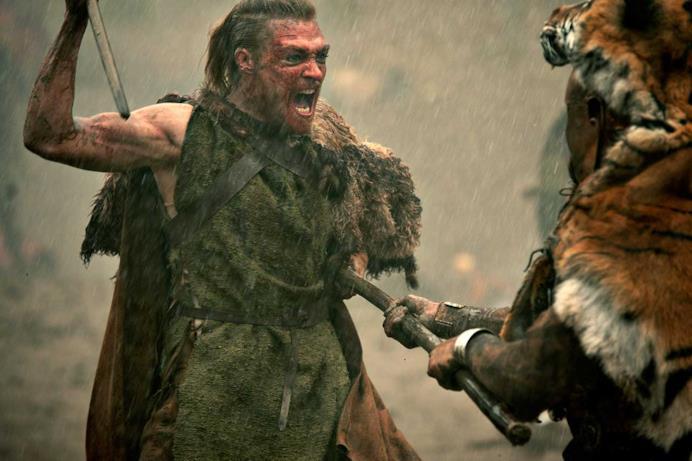 Due uomini stanno ferocemente lottando