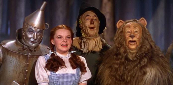 Dorothy Gale e i personaggi de Il Mago di Oz in una scena del film