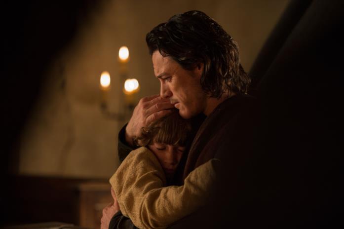 Vlad (Luke Evans) abbraccia il figlio Ingeras (Art Parkinson)