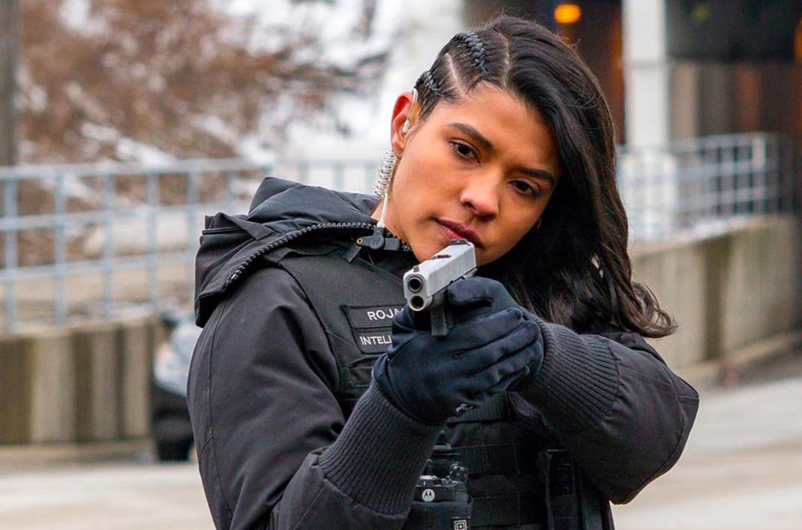 La poliziotta Vanessa Rojas stringe in mano una pistola