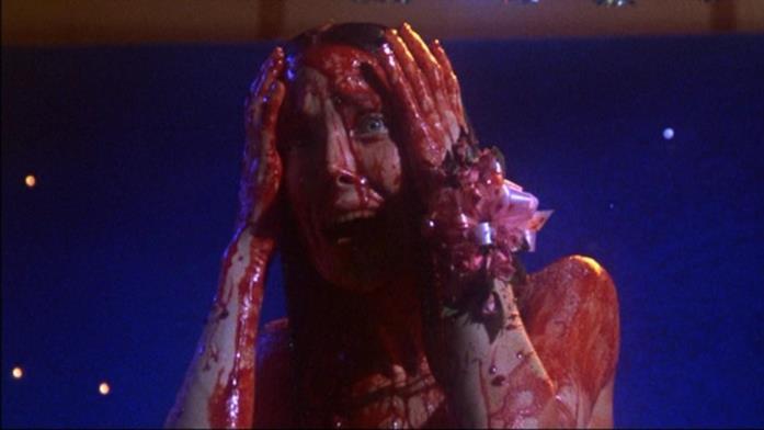 Sissy Spacek (Carrie) ricoperta di sangue dopo uno scherzo crudele dei suoi compagni di scuola al ballo.