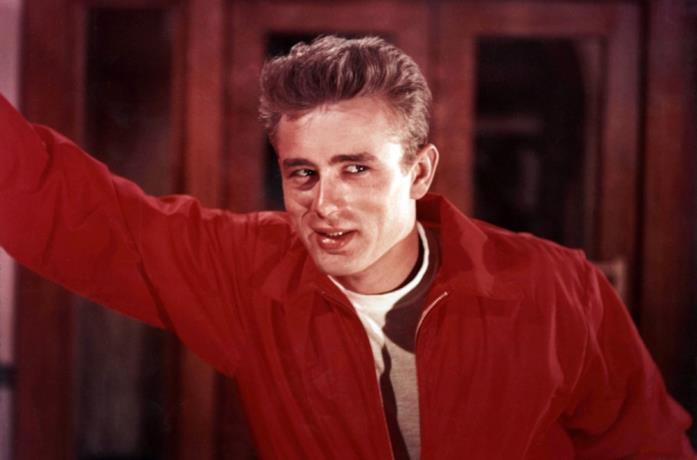 James Dean in una scena del film Gioventù bruciata