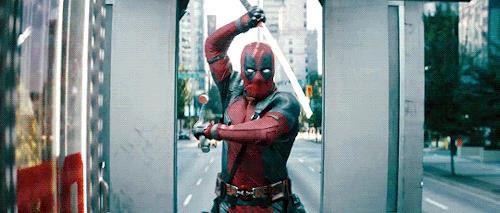 Deadpool taglia un proiettile sparato da Cable