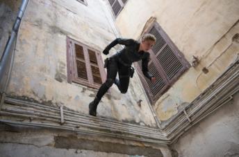 Yelena si cala dal tetto di un palazzo